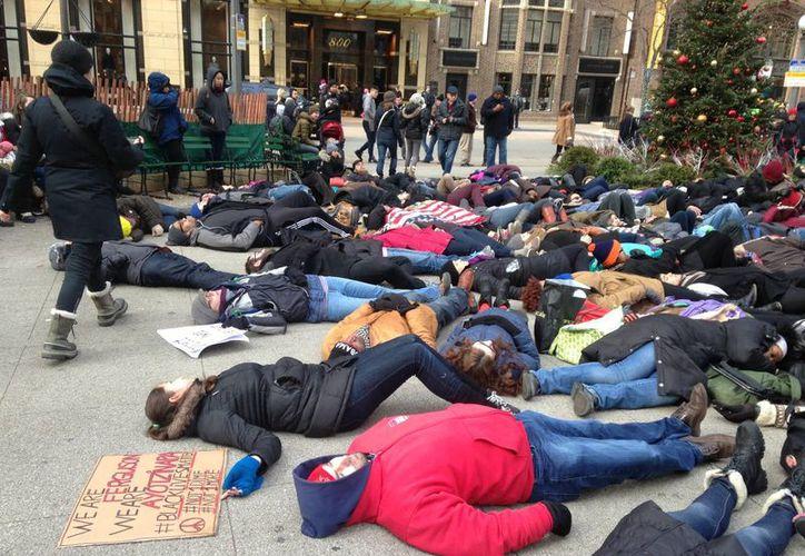 Los manifestantes hicieron un llamado a la gente a boicotear compras el Viernes Negro como una muestra de solidaridad con las protestas en Ferguson Misuri. (Agencias)