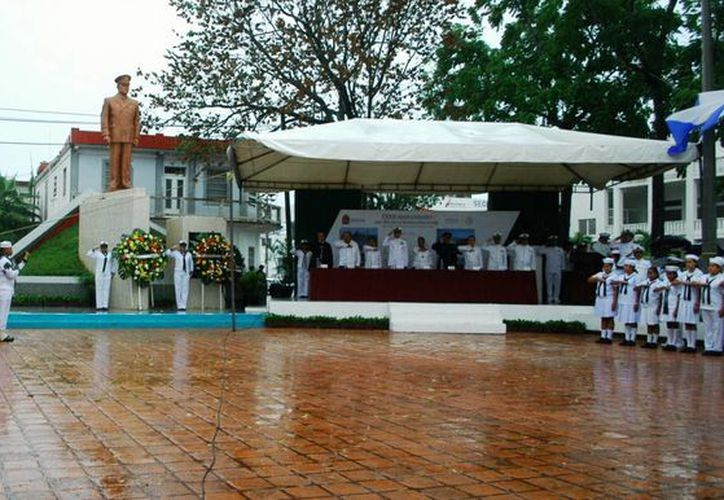 Ni la fuerte lluvia que se registró ayer, impidió que se celebrara el 72 Aniversario del Día de la Marina. (Redacción/SIPSE)