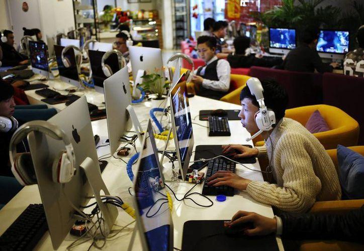 """El Gobierno chino asegura que """"hay muchos millones de internautas en China, y también compañías como Baidu, Tencent o Alibaba"""". Un joven utiliza un ordenador en un cibercafé en Pekín. (EFE/Archivo)"""