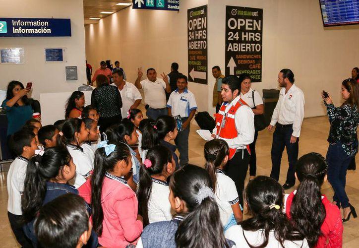 Los empleados de ASUR se encargaron de dar el recorrido a los niños en el Aeropuerto Internacional de Cancún. (Redacción/SIPSE)