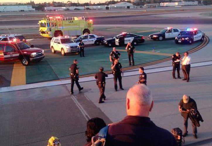 De acuerdo con la FAA, el accidente en el que un avión de Aeroméxico perdió una parte del tren de aterrizaje ocurrió poco después de las 6 de la mañana de este sábado. (AP)