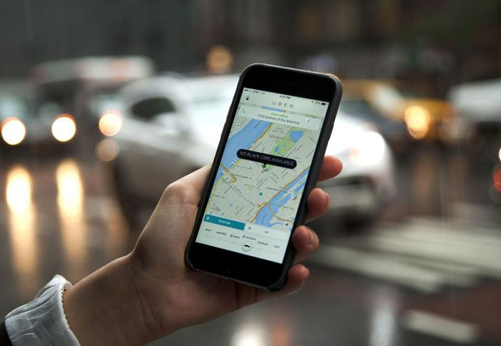La pareja no quiso esperar por un taxi y pidieron un Uber. (Internet)