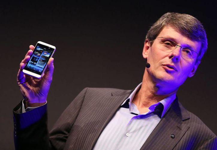 """En la imagen, el presidente y jefe ejecutivo de la Oficina de Avances en Investigación, Thorsten Heins, sostiene en su mano el """"BlackBerry Z10"""". (Archivo/EFE)"""