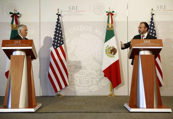 Imagen del secretario de Estado de Estados Unidos, Rex Tillerson, y el secretario de Relaciones Exteriores de México, Luis Videgaray, en conferencia de prensa conjunta en la SRE en la Ciudad de México. En la reunión se expresó el desacuerdo del gobierno mexicano por las nuevas medidas migratorias de Trump.(Foto de AP / Rebecca Blackwell)