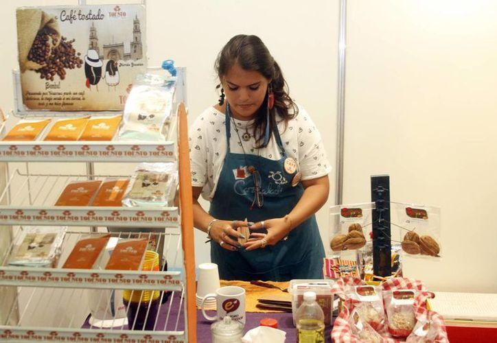 Todo inicio de un negocio es difícil, pero no hay que desanimarse. Imagen de una mujer emprendedora en la Expo. (Milenio Novedades)