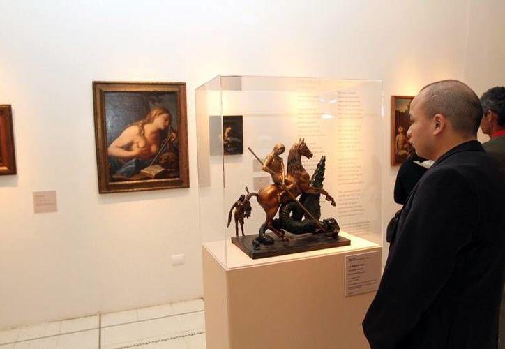 Exponen  50 obras de reconocidos artistas en el Olimpo de Mérida. Imagen de un visitante que admira uno de los trabajos expuestos. (Milenio Novedades)