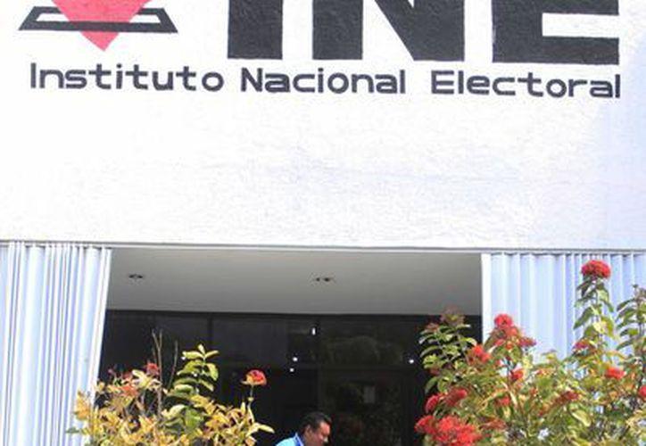 Llegaron cuadernillos y algunos formatos plastificados con los cuales los capacitadores electorales podrán instruir a los ciudadanos. (Benjamín Pat/SIPSE)