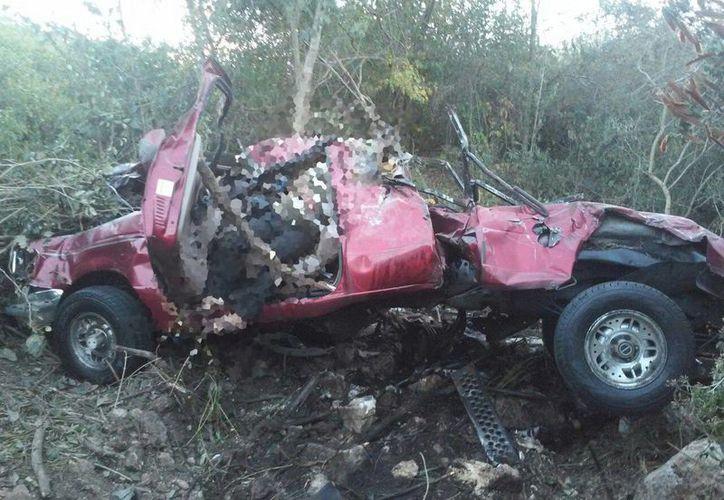Una pareja a la que se le descompuso su camioneta, mientras un mecánico la arreglaba, se quedaron adentro de la cabina debido al frío, y en ese momento un camión chocó la camioneta por detrás, lo que causó dos muertes. (SIPSE)