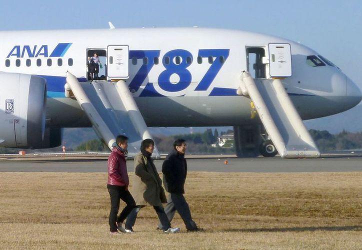 Imagen de la agencia japonesa Kyodo que muestra un Boeing 787 de la aerolíne All Nippon Airways tras un aterrizaje de emergencia este miércoles en el aeropuerto Takamatsu, prefectura de Kagawa. (AP)