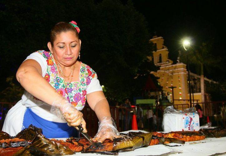Durante el evento se repartieron más de cuatro mil pedazos de este platillo, con su respectiva agua de horchata y arroz con leche. (Ayuntamiento de Kanasín)