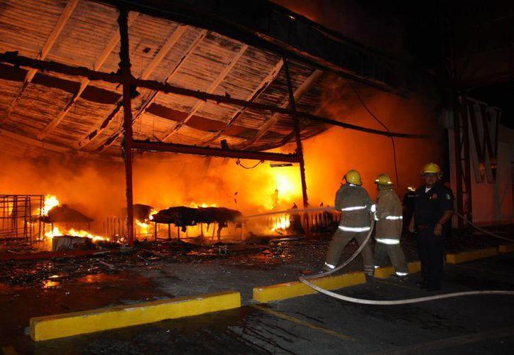 Las llamas consumieron dos negocios en Prolongación de Montejo. (Milenio Novedades)