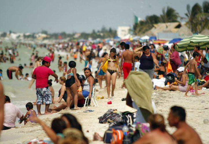 Los vacacionistas que disfrutaron de las playas de Progreso generaron cada fin de semana 30 toneladas de basura. (Milenio Novedades)
