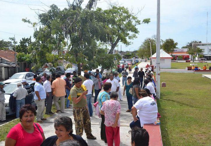Una vez instalados frente al palacio Municipal, los manifestantes gritaron sus consignas para solicitar un diálogo con el presidente municipal, Carlos Mario Villanueva Tenorio. (Juan Palma/SIPSE)