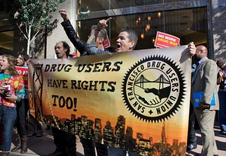 """Un grupo de manifestantes sostiene una pancarta que dice 'Los usuarios de drogas también tienen derechos' durante la marcha """"No más guerra contra las drogas y caminata por la victoria"""" en Denver, Colorado. (EFE)"""