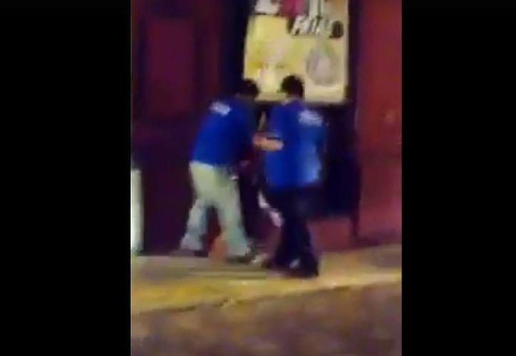 Los hechos se registraron muy cerca de la entrada de un conocido restaurante del centro de Mérida. (Captura de pantalla)