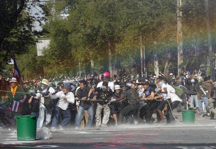 Las fuerzas de seguridad tailandesas usaron gases lacrimógenos y cañones de agua contra los manifestantes antigubernamentales. (EFE)