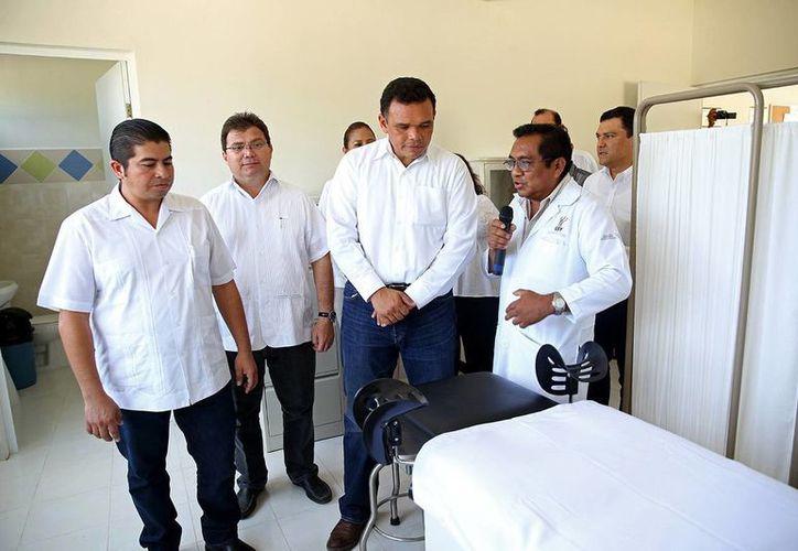 El gobernador Rolando Zapata recorrió y constató el funcionamiento de las áreas de curaciones y usos múltiples en las instalaciones de la clínica del Cessa en Hunucmá. (Milenio Novedades)