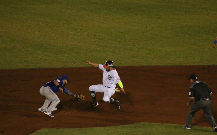 Tras media hora de lluvia que impidió el desarrollo del juego, Acereros del Norte derrotó a Leones de Yucatán, la noche del martes, en el parque Kukulcán. (José Acosta/SIPSE)