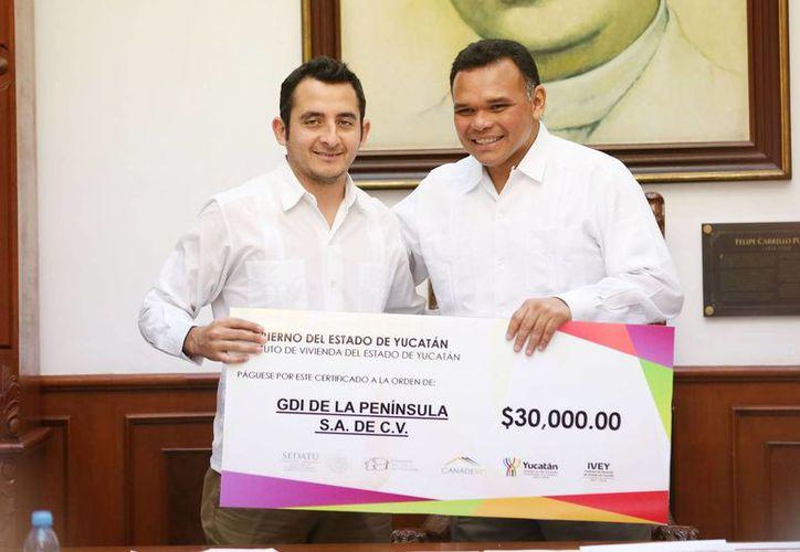 El gobernador de Yucatán, Rolando Zapata, hizo la entrega este martes de subsidios a desarrolladores de vivienda. (Foto cortesía del Gobierno de Yucatán)
