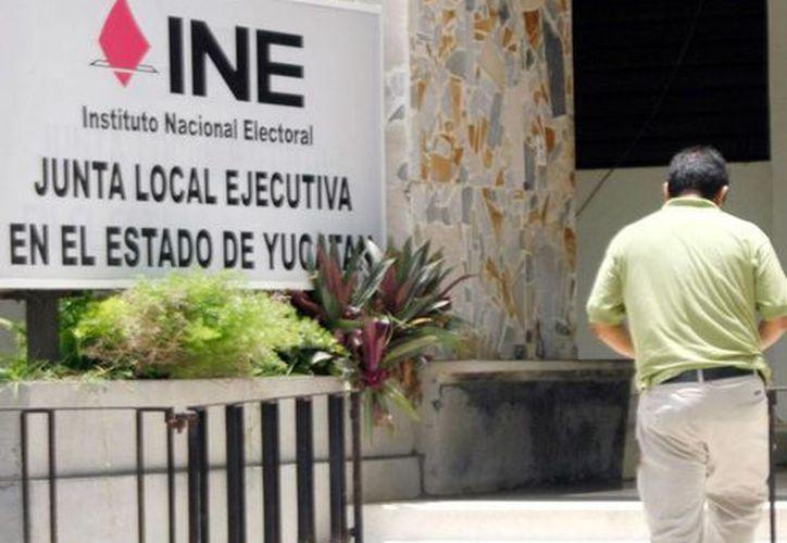Los candidatos a diputados federales de Yucatán no han cumplido con subir su información profesional al sitio web del INE. En la imagen, la sede del organismo en Mérida, utilizada solo como contexto. (Archivo/Milenio Novedades)