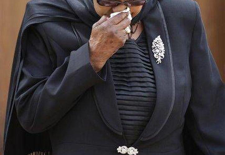 Winnie Madikizela-Mandela parte después de darle el último adiós al expresidente sudafricano Nelson Mandela el miércoles 11 de diciembre de 2013 en Pretoria, Sudáfrica. (Agencias)