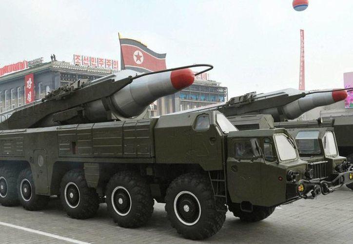 Foto del 2010 que muestra el misil Musudan durante un desfile militar en Pionyang, Corea del Norte. (Archivo/EFE)