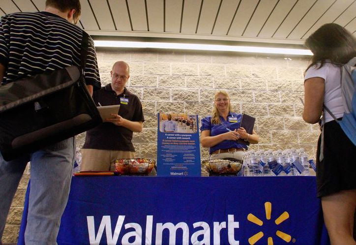 Walmart es muy criticada por ofrecer empleos de bajos salarios y no comprar más a las fábricas estadounidenses. (Agencias)