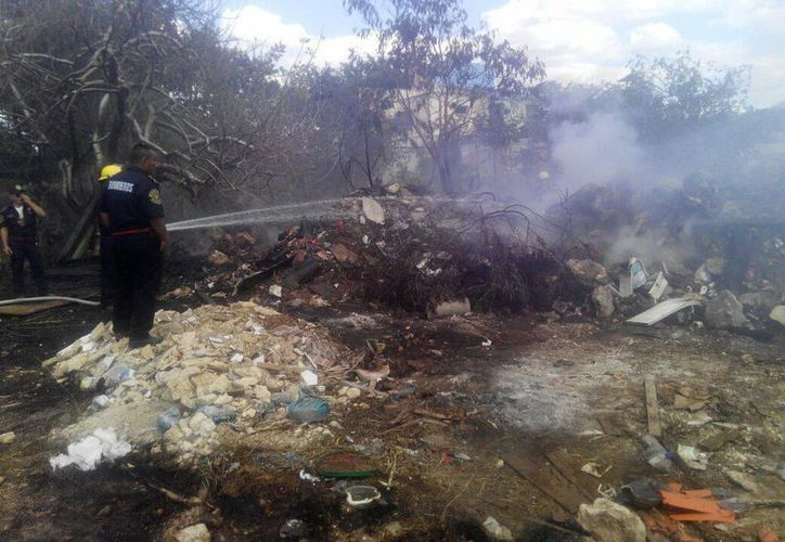 Los bomberos extinguieron las llamas y colaboraron con la evacuación de los niños del kínder. (Milenio Novedades)