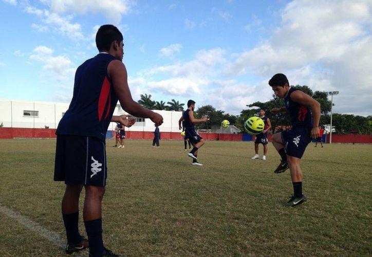 Los azulgranas trabajaron ayer por la mañana con los jóvenes que tendrán actividad en el Torneo de Copa, ante los Diablos Rojos del Toluca. (Ángel Mazariego/SIPSE)