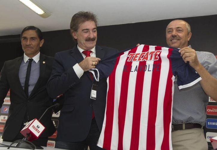 La Volpe durante su presentación como entrenador de Chivas de Guadalajara, en donde sólo estuvo menos de un mes. (Notimex/Foto de archivo)