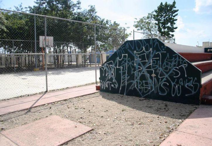 Tanto aros, como las barras, del equipo de gimnasia se encuentran obsoletos, además que hay grafitis por doquier. (Octavio Martínez/SIPSE)