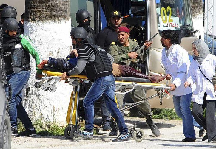Fotografía del pasado 18 de marzo donde se ve a una víctima del atentado en el Museo del Bardo, en Túnez. Arrestan en Italia a un marroquí acusado de participar en el ataque. (Foto AP/Hassene Dridi, archivo)