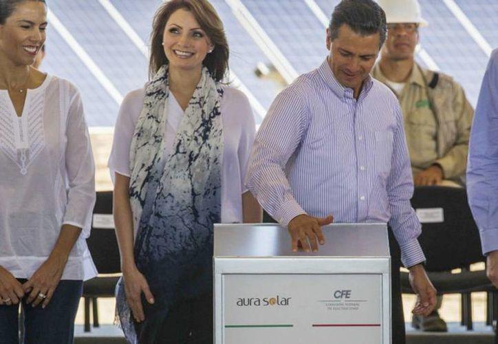 Peña Nieto acompañado de su esposa Angélica Rivera inauguraron la Central Fotovoltaica Aura Solar 1 en Baja California Sur. (presidencia.gob.mx)