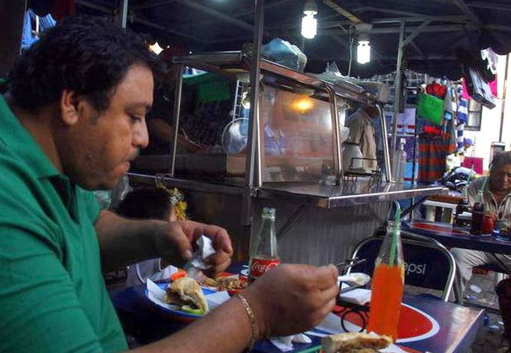 Al ingerir alimentos en sitios insalubres se corre el riesgo de adquirir hepatitis. (Foto: Milenio Novedades)