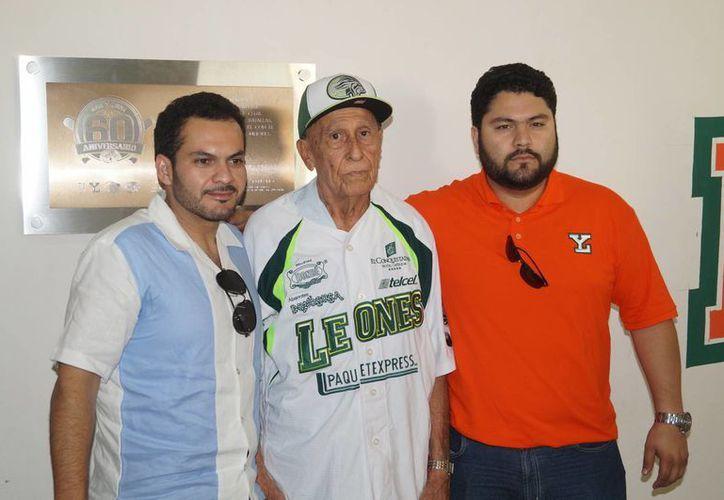 """Está nominado José """"Indio"""" Peraza (centro), pítcher ganador y por blanqueada del primer juego de los Leones de Yucatán en la Liga Mexicana, en abril de 1954. (Milenio Novedades)"""