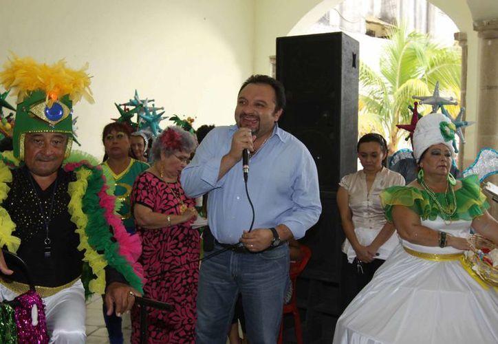El diputado Francisco Torres Rivas en el Carnaval del Inapam, en el Club de Leones de la colonia García Ginerés. (Cortesía)