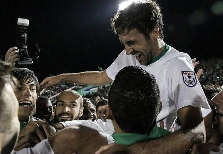 Raúl González es festejado por sus compañeros en su último partido como jugador profesional. (EFE)