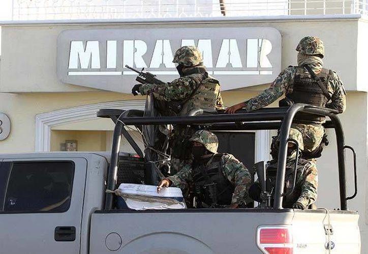 El martes la Marina realizó un nuevo operativo alrededor del edificio Miramar, y tras acordonar la zona obligaron a algunos transeúntes a borrar las fotografías que tomaban con sus teléfonos celulares. (Reuters)