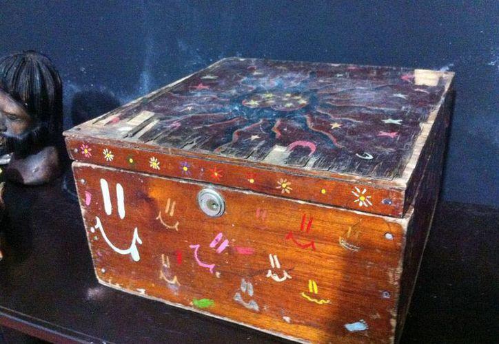La caja Dybbuk que supuestamente contiene un espíritu estaba en una tienda de antigüedades. De sus propietarios anteriores, muchos ignoraban para qué servía. (Jorge Moreno/SIPSE)