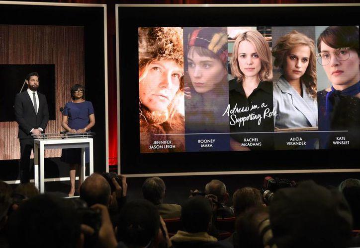 La Academia de Hollywood y la entrega de premios Oscar cambiarán en pro de una mayor diversidad, se anunció este viernes. En la foto, John Krasinski y la presidenta de la Academia, Cheryl Boone Isaacs, durante el anuncio de nominaciones a cinco actrices de piel blanca, el 14 de enero.  (AP)