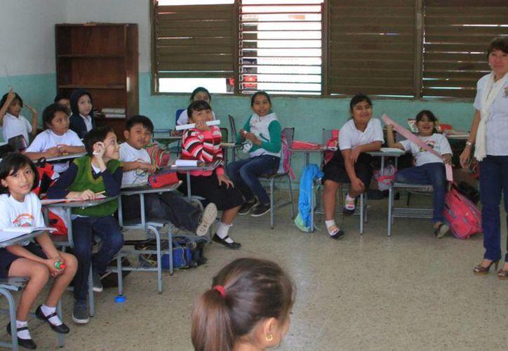 Los docentes deben cumplir, en promedio, seis horas en el aula al día o puede modificarse a una hora más o dos. (Ángel Castilla/SIPSE)