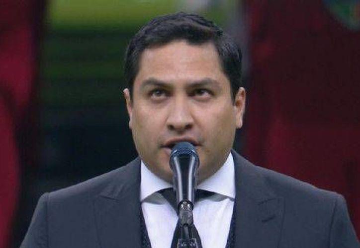 Ni salir vestido de traje fue suficiente para que Julión Álvarez no fuera abucheado por equivocarse al cantar el Himno Nacional de México. (ESPN Digital)