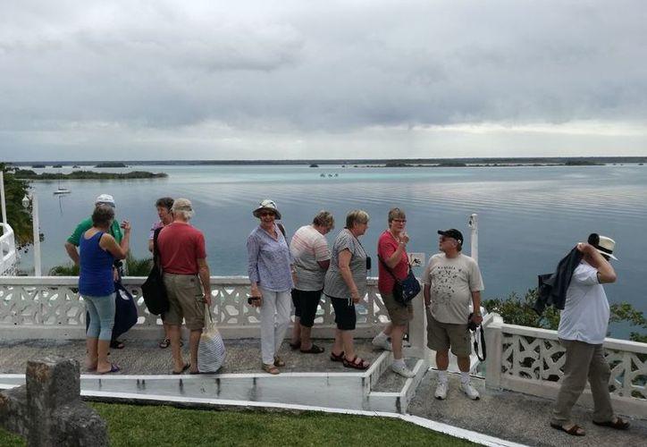 La laguna de siete colores recibe a los turistas con hermosas vistas. (Foto: SIPSE)