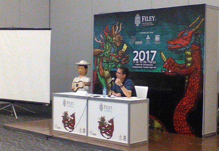 """El periodista yucateco Jenaro Villamil impartió la charla """"Periodismo y redes sociales"""", en la Filey 2017. (José Salazar/SIPSE)"""