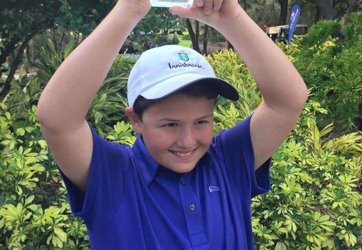 Manuel Barbachano con su premio de tercer lugar de la división de 10 años, en el Torneo Internacional Copperhead Classic 2015. (Milenio Novedades)