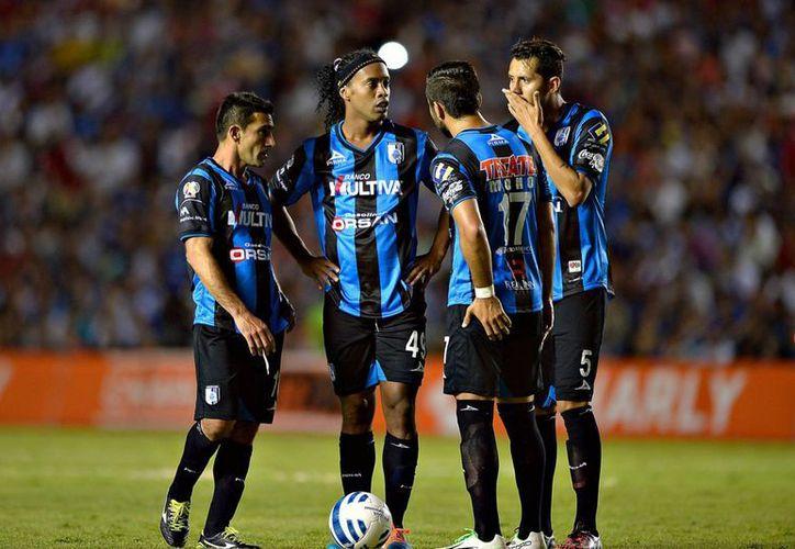 Tras haber quedado subcampeón en su primer torneo en el Futbol Mexicano, el presidente de Gallos Blancos afirma que Ronaldinho seguirá con Querétaro. (foxdeportes.com)