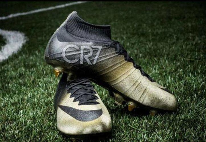 Las nuevas zapatillas de futbol de Cristiano Ronaldo, en homenaje a su tercer Balón de Oro, saldrán a la venta esta misma semana. (infobae.com)