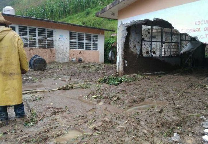 En Xalapa varias casas sufren daños por el reblandecimiento de la tierra por las intensas lluvias de 'Earl'. (EFE)