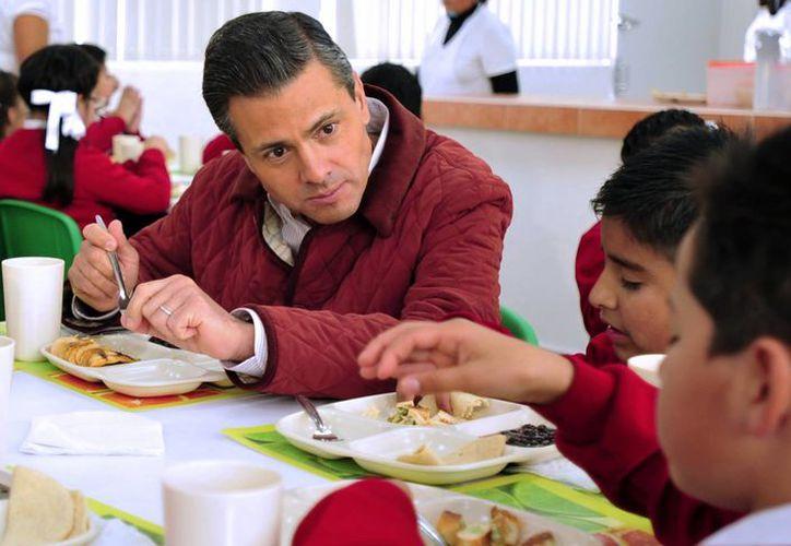 El mandatario visitó una escuela  en Edomex y convivió con los alumnos. (Notimex)