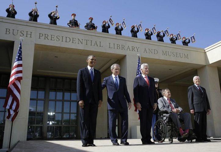 El presidente Barack Obama, los expresidentes George W. Bush, William J. Clinton, George HW Bush y Jimmy Carter. (Agencias)